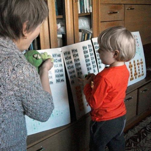 Илюша учится читать склады вместе с Лягушонком
